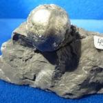 Pyritkugeln (kleinere daneben) ! im Gestein